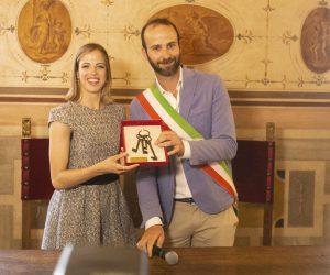 Carolina-Kostner-e-assessore-Andrea-Vannucci-Chiavi-della-città-Firenze